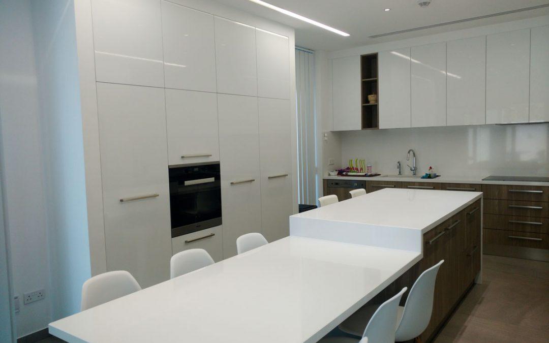 Model Tekna/Natura Kitchen + SuperWhite Quartz Coutertop/Table